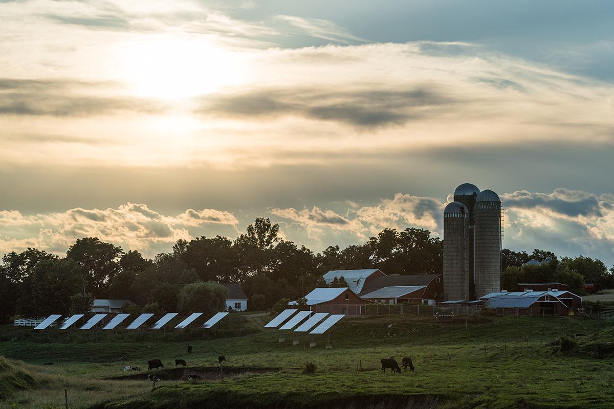 在一個農場的太陽電池板在黃昏期間在威斯康辛。